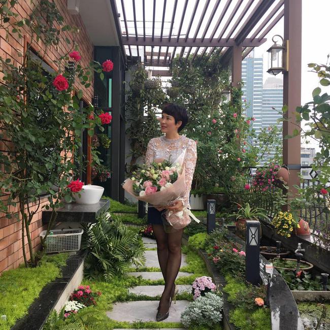 Ghé thăm ban công 30m² rực rỡ sắc hoa có view nhìn ra Hồ Tây của người phụ nữ yêu hoa cháy bỏng - Ảnh 1.