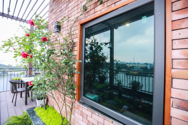 Ghé thăm ban công 30m² rực rỡ sắc hoa có view nhìn ra Hồ Tây của người phụ nữ yêu hoa cháy bỏng - Ảnh 4.