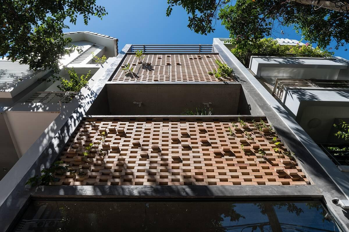 """Nhà phố 4 tầng sở hữu thiết kế """"hai lớp vỏ"""" lạ mắt và độc đáo"""