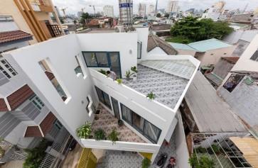 Ngôi nhà được xây trên khu đất hình ngũ giác đẹp miễn chê
